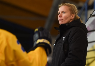 Lindberg behind the bench
